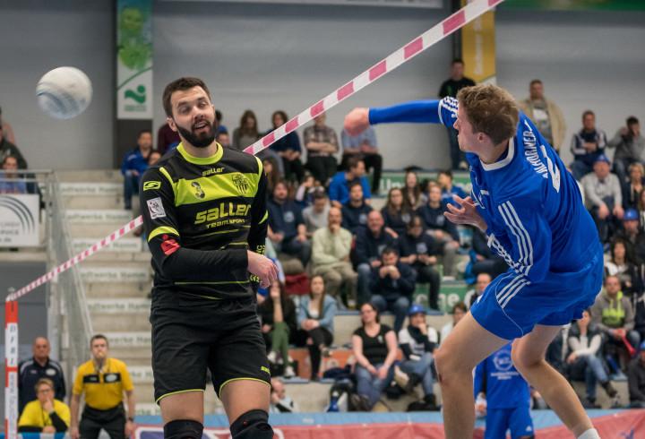 Block-Duell zwischen TVO-Mann Oliver Bauer und ASV-Angreifer Christoph Johannes (Foto: DFBL/Schönwandt)