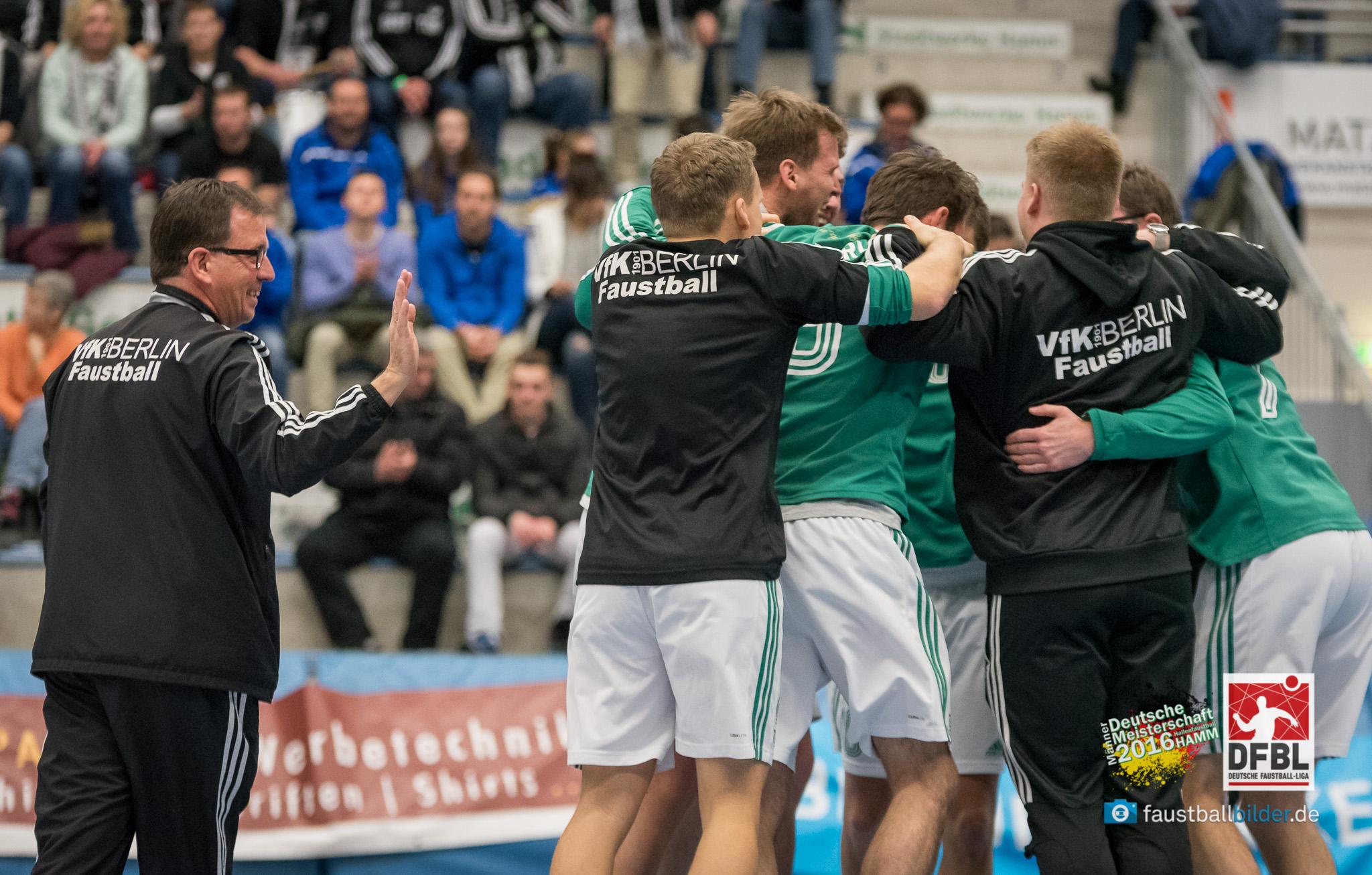 Berliner Jubeltraube nach dem deutlichen Sieg im Halbfinale (Foto: DFBL/Schönwandt)