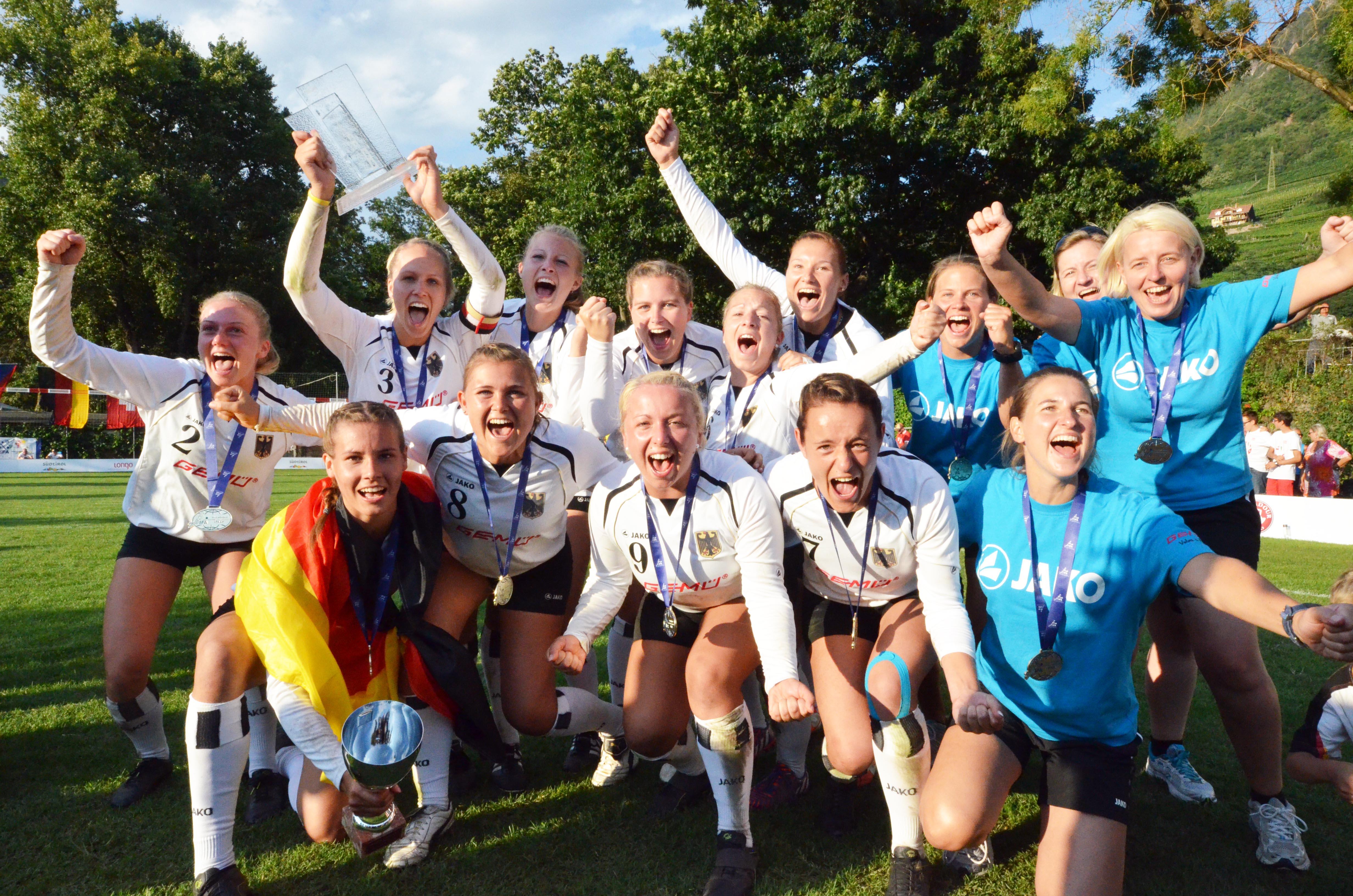 Auch 2016 möchten Deutschlands Faustball-Frauen wieder so schön jubeln. (Foto: Mats Hermanns)