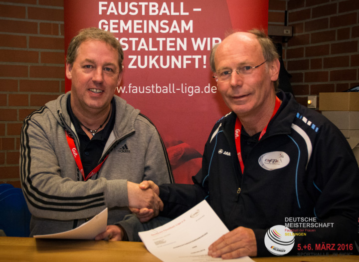 Sören Nissen (l.) und Ulrich Meiners bei der Vertragsunterzeichnung. (Foto: DFBL/Harder)
