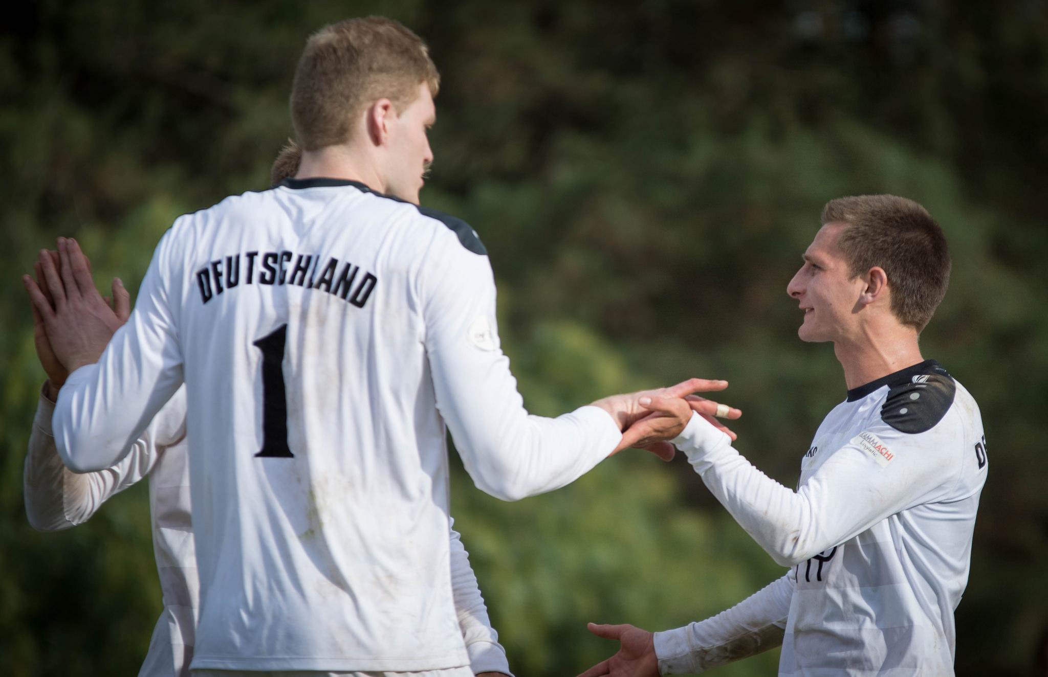 In Vaihingen hat Fabian Sagstetter (r.) sein erstes Match als neuer Kapitän der Nationalmannschaft (Foto: DFBL/Schönwandt)