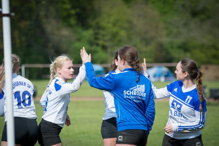 Klatschen als Top-Team ab: die Spielerinnen des Ahlhorner SV (Foto: DFBL/Schönwandt)