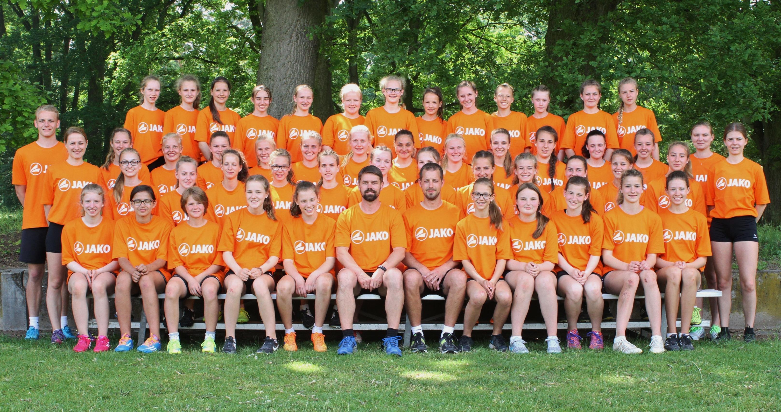 Alle Teilnehmerinnen mit den Trainern; Foto Sönke Spille