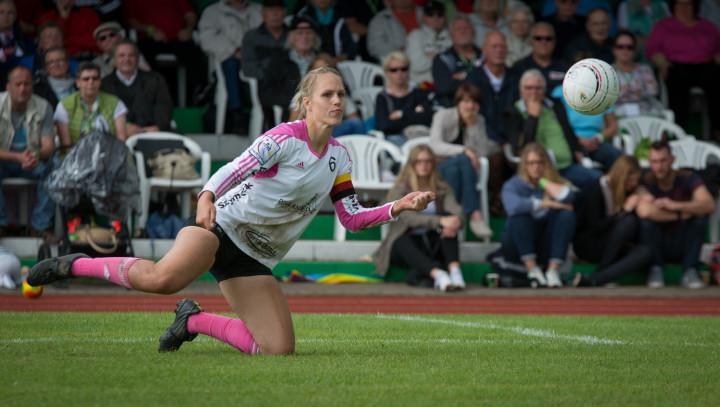 Sonja Pfrommer macht sich lang für Bronze. (Foto: DFBL/Schönwandt)