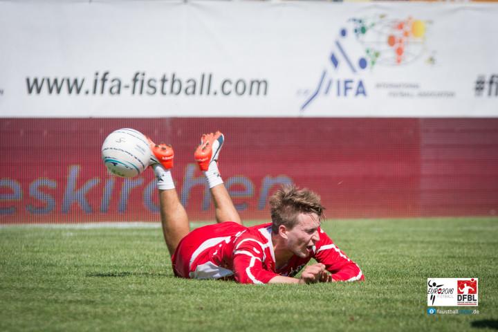 Bruchlandung für die Österreicher im Vorrundenspiel gegen Deutschland (Foto: DFBL/Schönwandt)