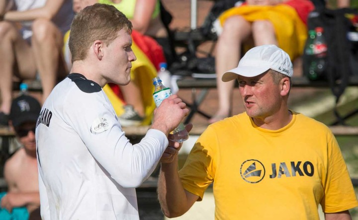 Bundestrainer Olaf Neuenfeld im Gespräch mit seinem wichtigsten Angreifer Patrick Thomas (Foto: DFBL/Schönwandt)