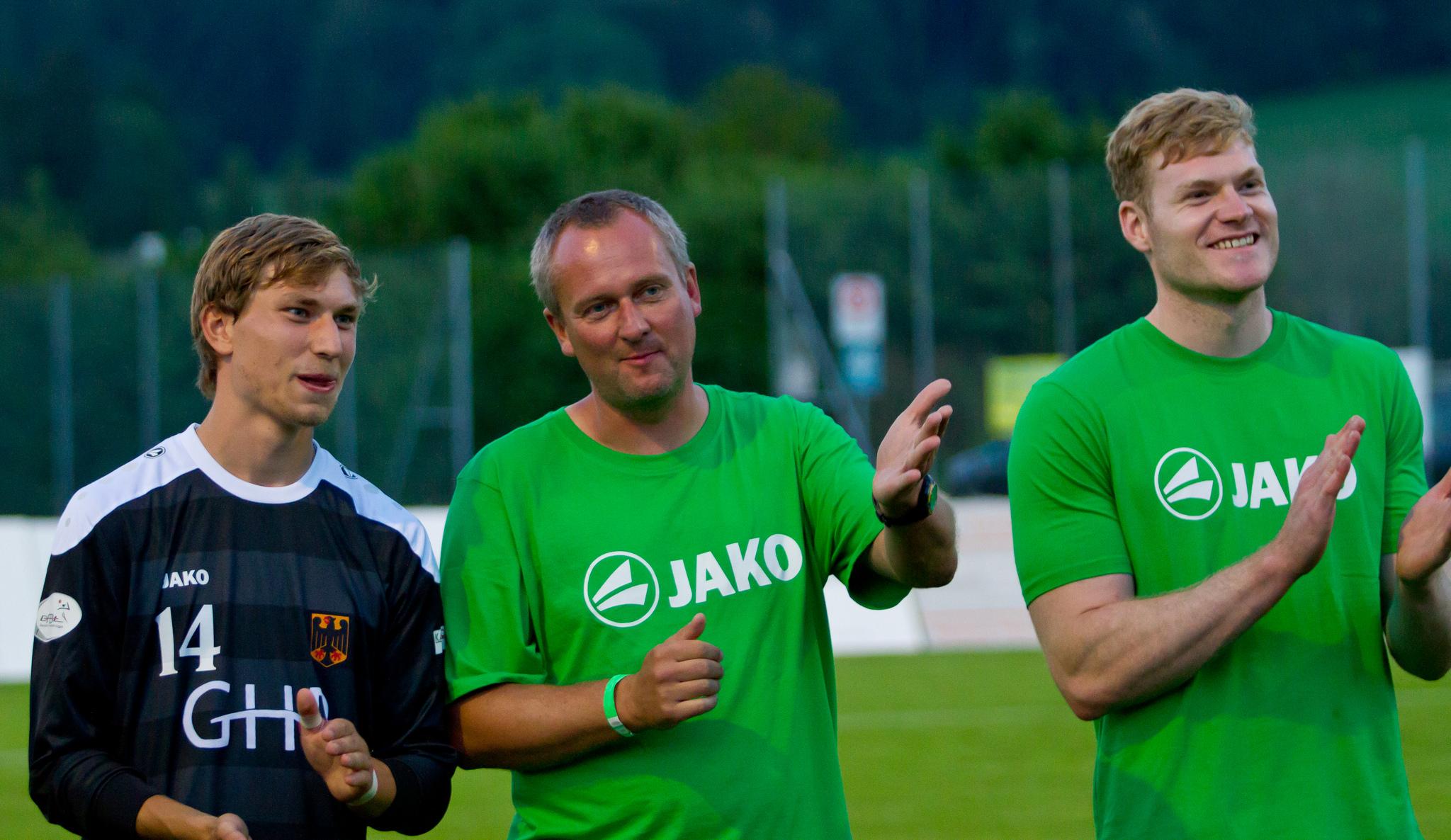 Debütant Rouven Kadgien (v. l.) mit Bundestrainer Olaf Neuenfeld und Teilzeit-Co-Trainer Patrick Thomas (Foto: DFBL/Schönwandt)