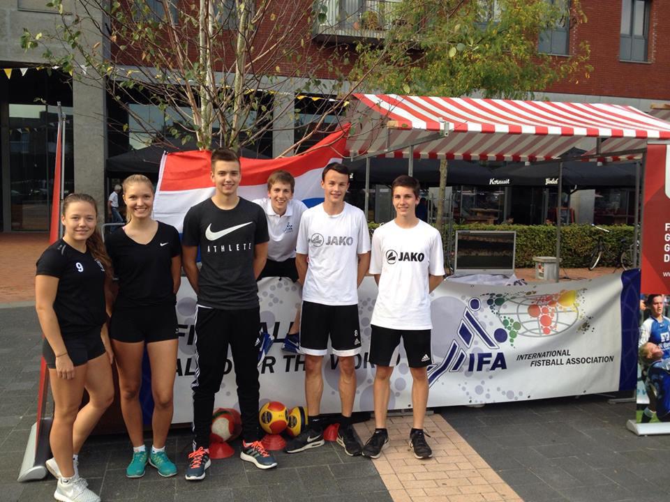 Faustballer des TV Brettorf informierten in den Niederlanden über ihren Sport.