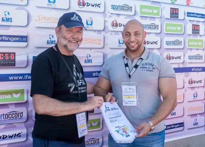 Mohammed El Bastawisi aus den Niederlanden mit IFA-Präsident Karl Weiß (l.)