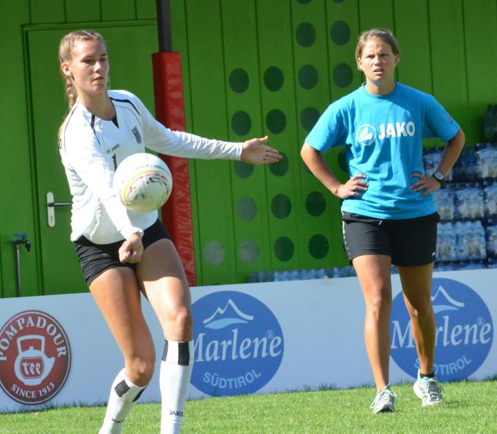 Trainerin Eva Krämer (r.), hier mit Nationalspielerin Theresa Schröder (Foto: DFBL/bec)