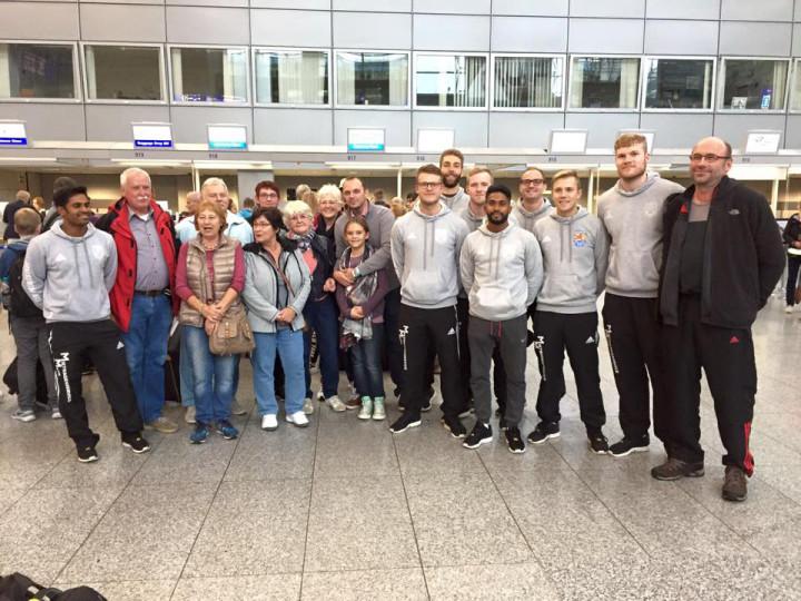 Fans und Familien verabschieden die Pfungstädter auf dem Frankfurter Airport. (Foto: Facebook/TSV Pfungstadt Faustball)