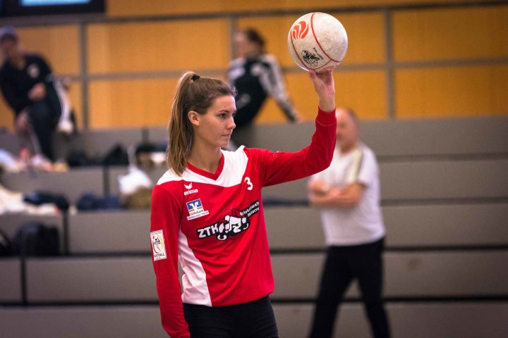 Aufschlag zur Saison 2016/17: Theresa Schröder ist mit ihren erst 21 Jahren die Älteste im Team des TV Jahn Schneverdingen. (Foto: DFBL/Harder)