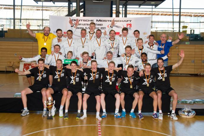 12.03.2017 --- Faustball --- Deutsche Meisterschaft Maenner Halle in Rosenheim --- Platz 1 (hinten): TSV Pfungstadt, Platz 2 (mitte): MTV Rosenheim, Platz 3 (vorne): TV Brettorf Foto: DFBL / Stoeldt