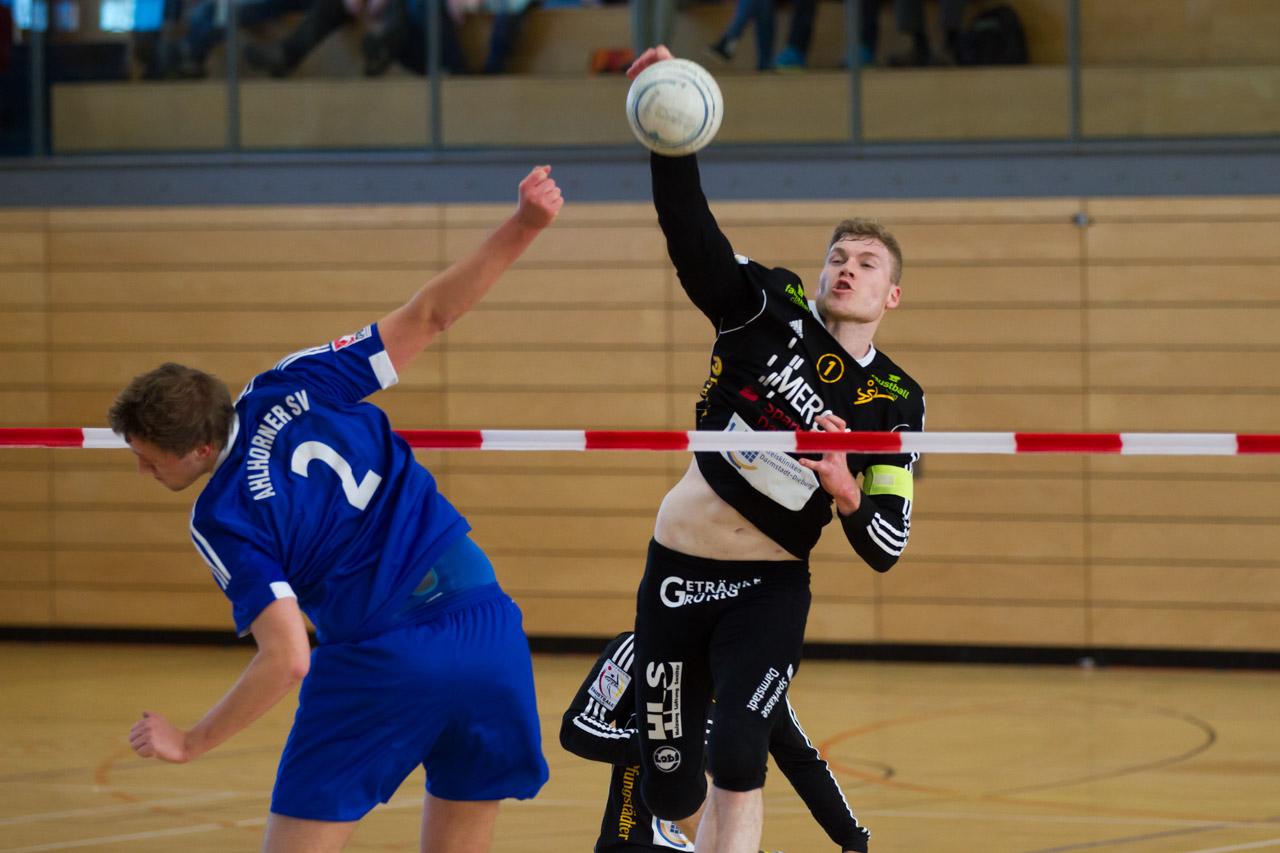 Am Netz ist TSV-Schlagmann Patrick Thomas auch in Rosenheim wieder eine Macht (Foto: DFBL/Stöldt)
