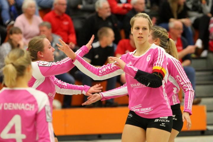 Sonja Pfrommer bejubelt den Gruppensieg ihres TSV Dennach (Foto: DFBL/Stöldt)