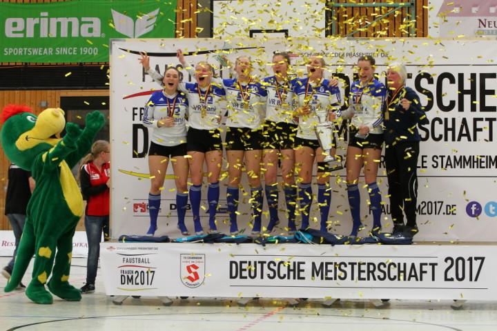 So jubelt der Deutsche Meister der Frauen 2017 - Ahlhorner SV. (Foto: DFBL/Stöldt)