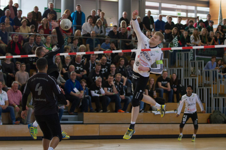 Pfungstadts Patrick Thomas (weißes Trikot) führte sein Team zum DM-Sieg (Foto: DFBL/Stöldt)