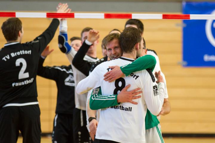 Langjährige Kontrahenten Arm in Arm: Berlins Lukas Schubert umarmt Bronzemedaillengewinner Christian Kläner. (Foto: DFBL/Stöldt)