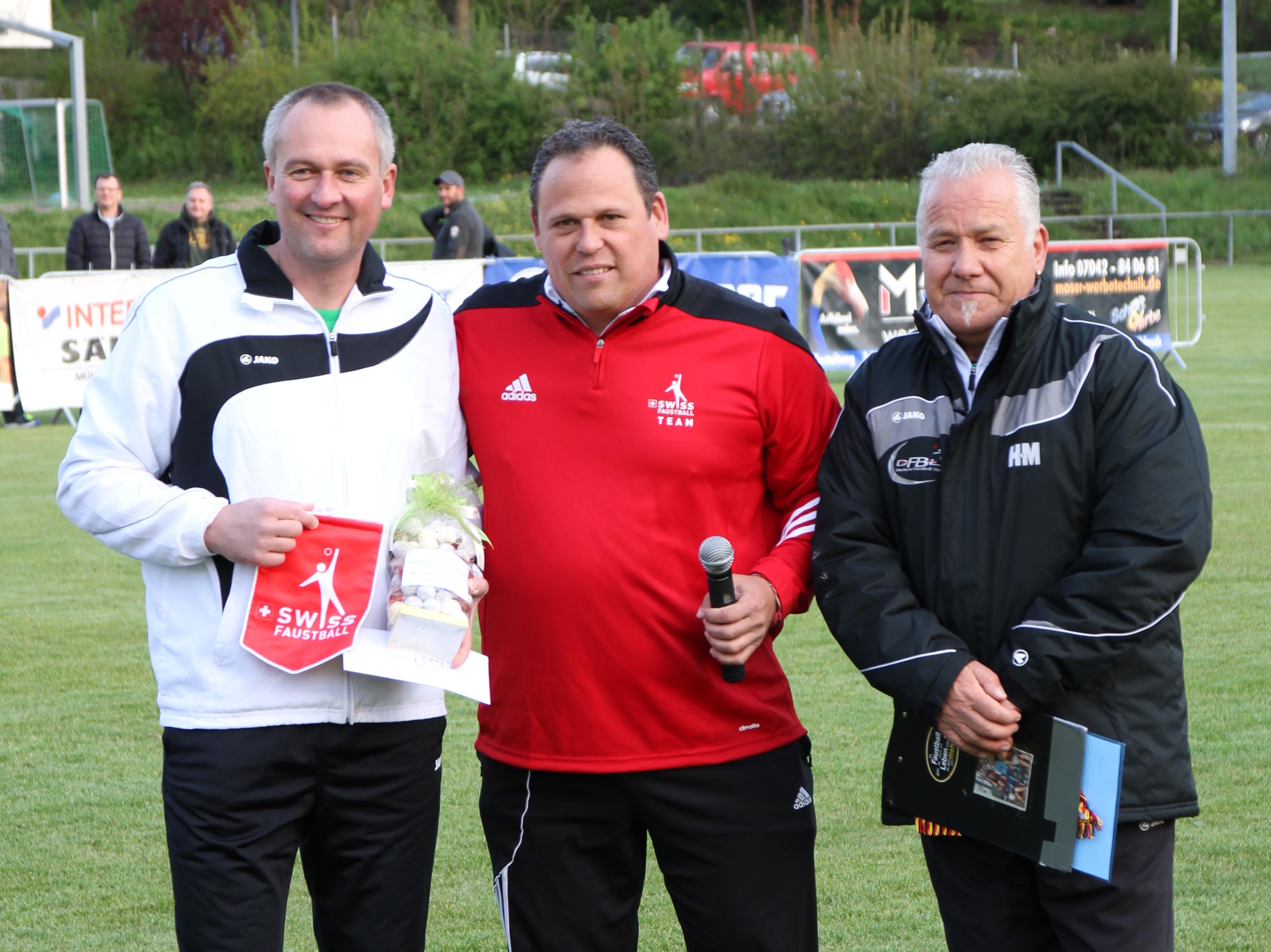 Jubilar Olaf Neurnfeld (v. r.) mit Schweiz-Coach Oliver Lang und DFBL-Präsidiumsmitglied Harald Muckenfuß.