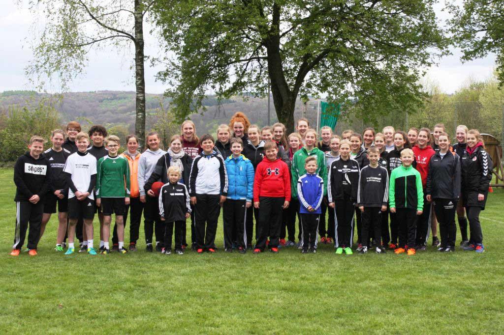 Gruppenfoto mit Nachwuchs: der U18-Kader in Wuppertal.