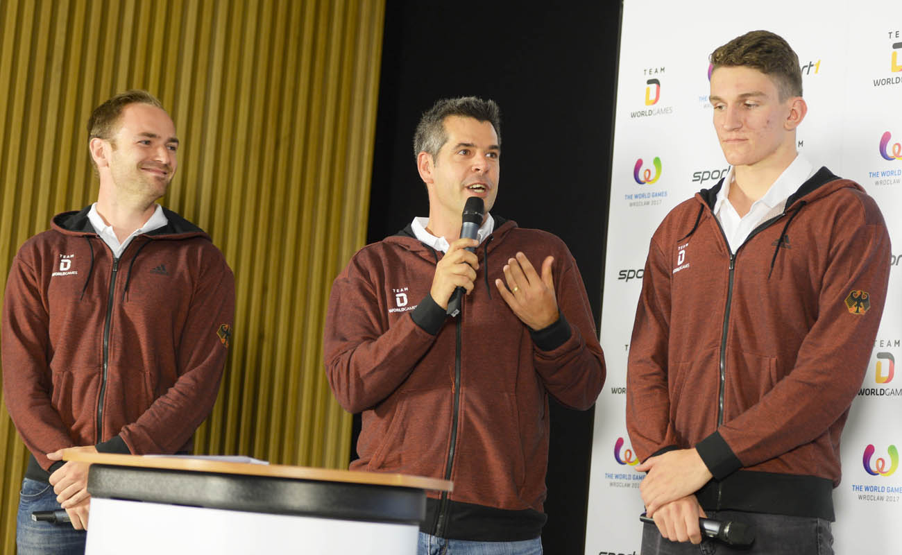 World-Games-Faustballer Oliver Späth (v. l.) bei der Pressekonferenz mit Squash-Bundestrainer Oliver Pettke und Rettungsschwimmer Joshua Perling (Foto: Sport 1)