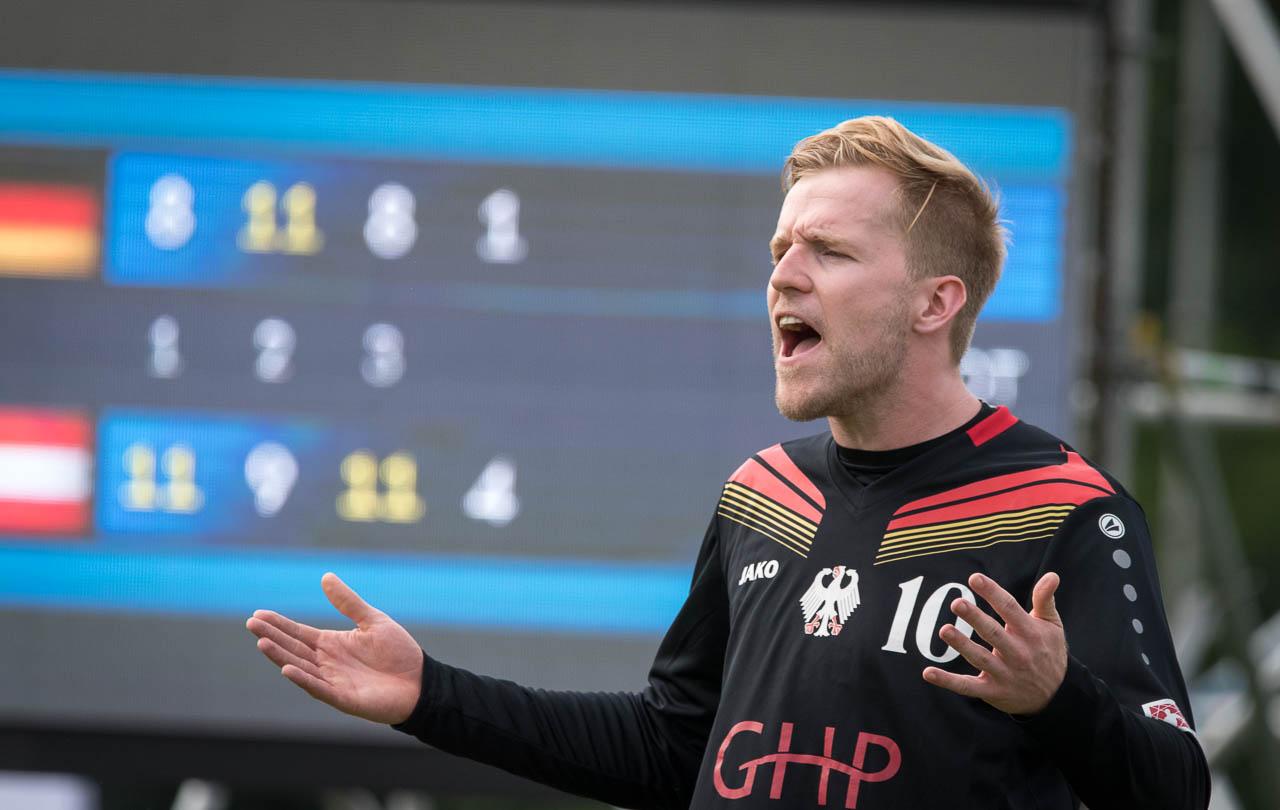 Sebastian Thomas kassiert mit Deutschland ohne seinen verletzten Bruder Patrick ein 1:3 gegen Österreich (Foto: DFBL/Schönwandt)
