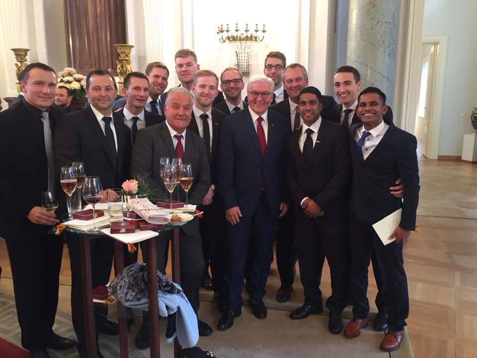 Bundespräsident Frank-Walter Steinmeier mit dem Faustball-Nationalteam (Foto: Neuenfeld)