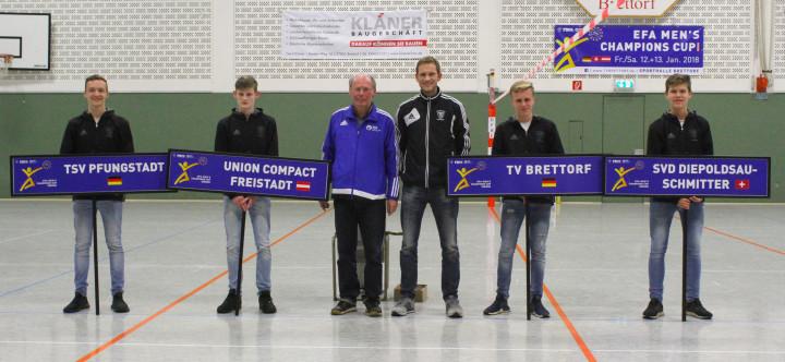 EFA-Generalsekretär Ulrich Meiners (Mitte l.) und Doppelweltmeister Christian Kläner zeigen die ausgelosten Halbfinalpaarungen. (Foto: DFBL/ssp)