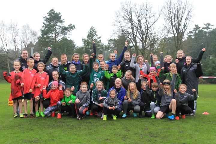 Die Nationalspielerinnen nach dem Training mit dem Bardowicker Nachwuchs (Foto: Malte Seemann)